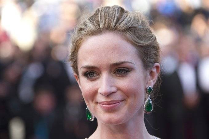 "Cast member Emily Blunt poses on the red carpet as she arrives for the screening of the film ""Sicario"" in competition at the 68th Cannes Film Festival in Cannes, southern France, May 19, 2015.       REUTERS/Yves Herman - RTX1DOIM"