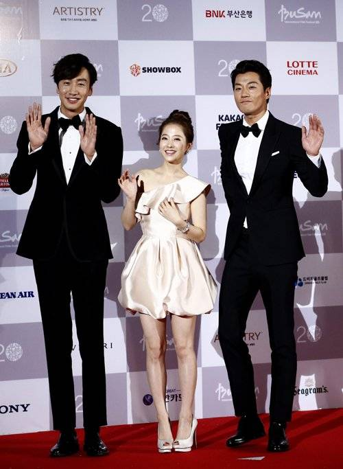 epa04958633 (L-R) South Korean actor Lee Kwang-Soo, actress Park Bo-Young and Lee Chun-Hee arrive at the opening ceremony of the 20th Busan International Film Festival (BIFF), in Busan, South Korea, 01 October 2015. The BIFF runs from 01 to 10 October 2015, with 304 titles from 75 countries to be screened.  EPA/JEON HEON-KYUN