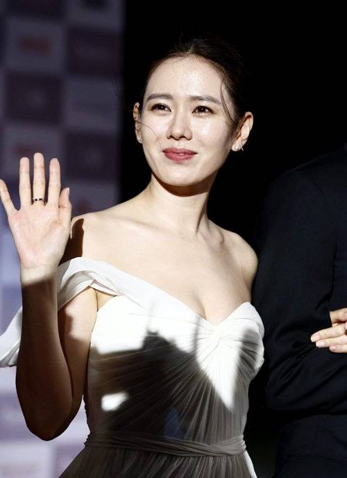 epa04958656 South Korean actress Son Ye-Jin arrives at the opening ceremony of the 20th Busan International Film Festival (BIFF), in Busan, South Korea, 01 October 2015. The BIFF runs from 01 to 10 October 2015, with 304 titles from 75 countries to be screened.  EPA/JEON HEON-KYUN