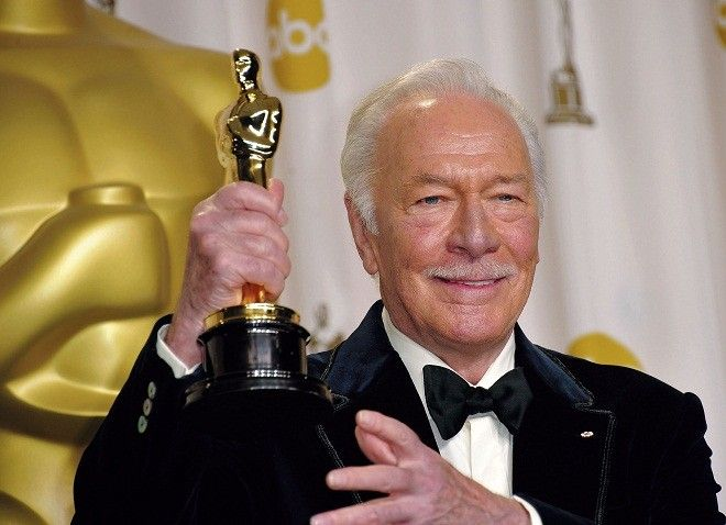 Christopher Plummer holds his Oscar for best actor in a supporting role for 'Beginners' in the press room at the 84th Annual Academy Awards on February 26, 2012 in Hollywood, California. AFP PHOTO / Joe KLAMAR (Photo credit should read JOE KLAMAR/AFP/Getty Images)