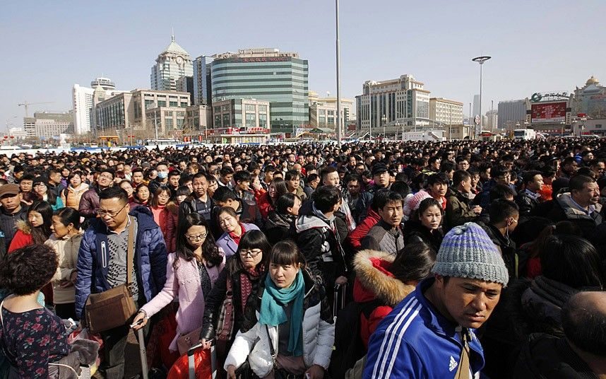 Passengers wait in a line to enter a platform at a railway station in Beijing February 16, 2015. Chinese Ministry of Transport said a total of 2.807 billion trips are expected to be made during the 40-day Spring Festival travel rush, which started on February 4 and will last until March 16, Xinhua News Agency reported. REUTERS/Kim Kyung-Hoon (CHINA - Tags: TRANSPORT SOCIETY)