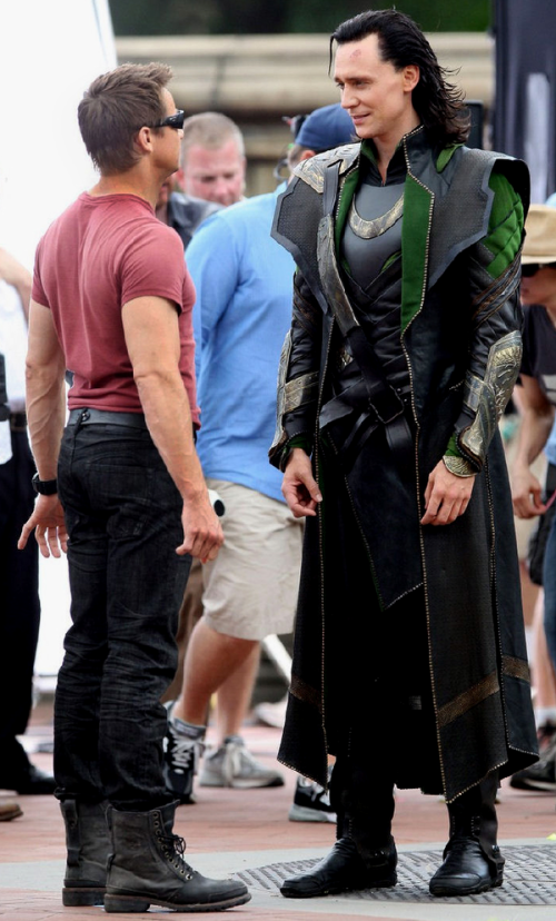 jeremy-renner-and-tom-hiddleston-on-set-in-the-avengers