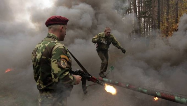 in-belarus-servicemen-must-pass-through-an-extensive-and-difficult-obstacle-course-before-becoming-members-of-the-elite-red-berets