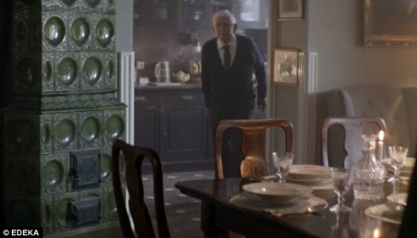 2EF00F2A00000578-3339909-As_members_of_the_family_stand_in_surprise_at_the_set_table_the_-m-16_1448911212464