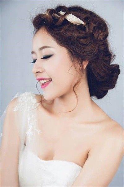 Búi tóc xoăn cũng thích hợp cho những cô dâu trong lễ cưới.