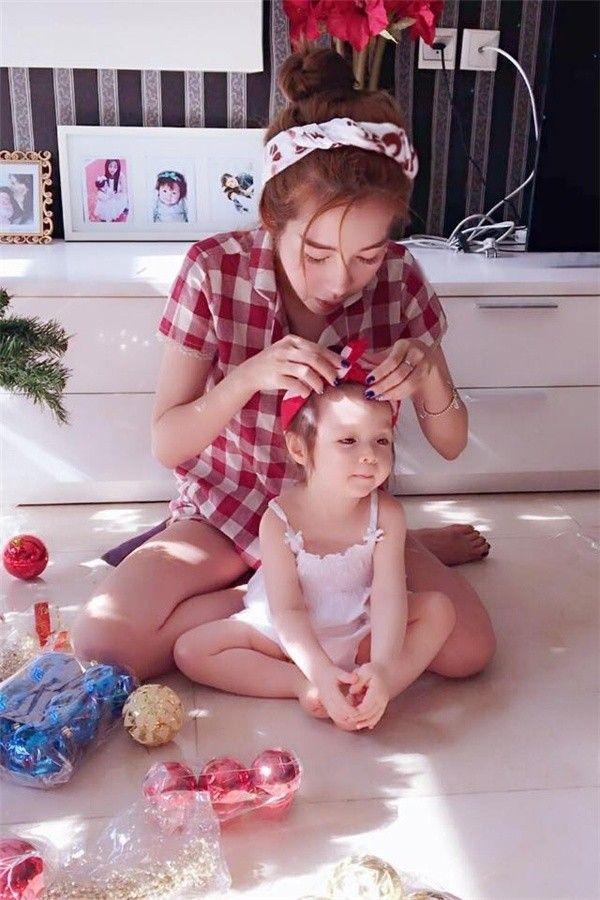 Cập nhật xu hướng, bà mẹ xinh đẹp Elly Trần và công chúa nhỏ Cadie Mộc Trà diện ngay cho mình kiểu búi tóc quấn băng đô đẹp mắt.