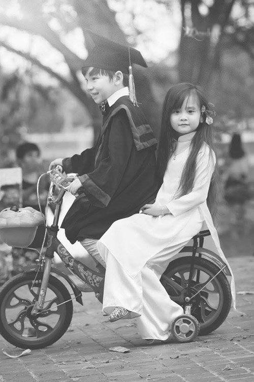 """Bộ ảnh """"kỷ yếu mẫu giáo"""" được chị Bích Phương đăng tải trên facebook cá nhân ngay lập tức thu hút hàng nghìn lượt yêu thích và chia sẻ của cộng đồng mạng."""