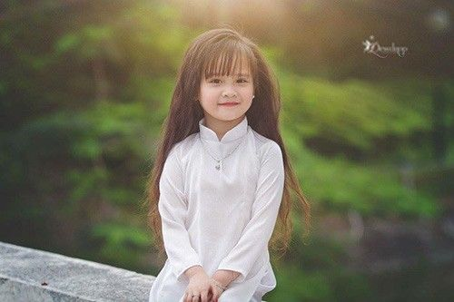 Trước khi chụp, mẹ Phương Ly có trang điểm nhẹ cho cô bé.