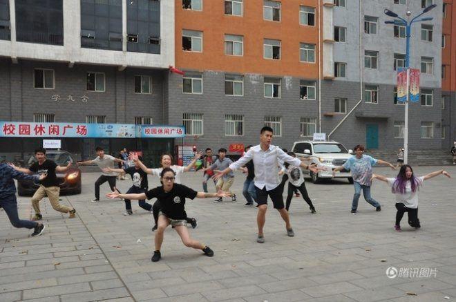 Chàng trai nhanh chóng gia nhập nhóm nhảy của các bạn trẻ dưới sân trường.