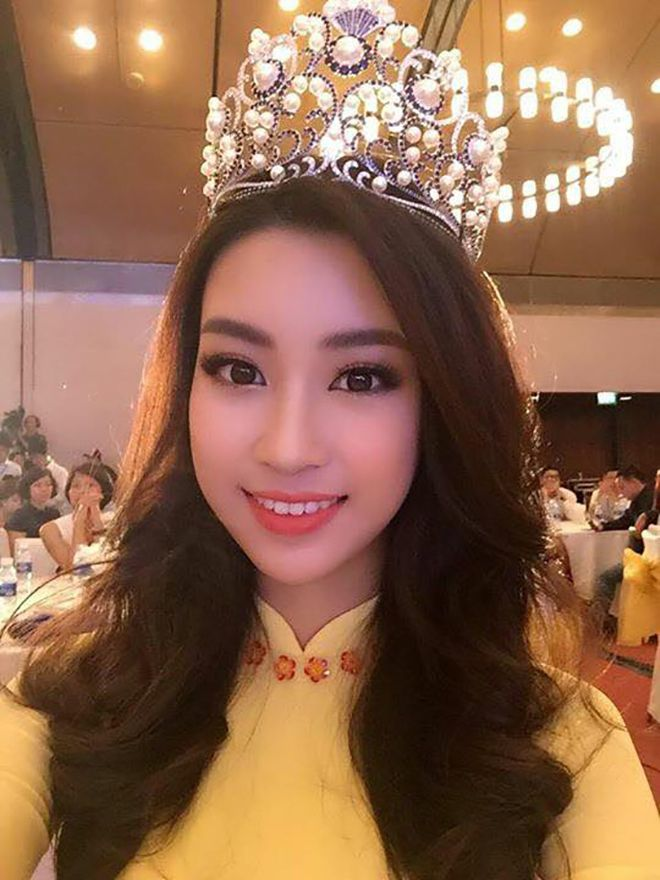 Trái ngược với nét tự nhiên, mộc mạc quen thuộc, khi Hoa hậu Mỹ Linh trang điểm lên thì lại vô cùng sang trọng, lộng lẫy.