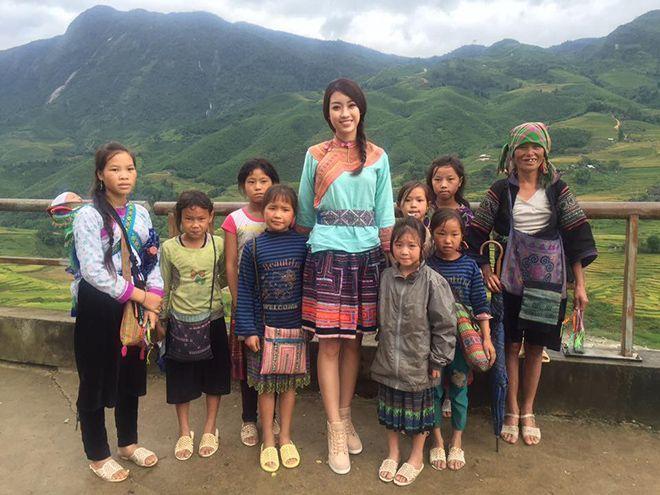 Mỹ Linh còn ghi điểm trong lòng công chúng với vẻ ngoại giản dị khi tham gia một chuyến đi từ thiện ở Sapa.