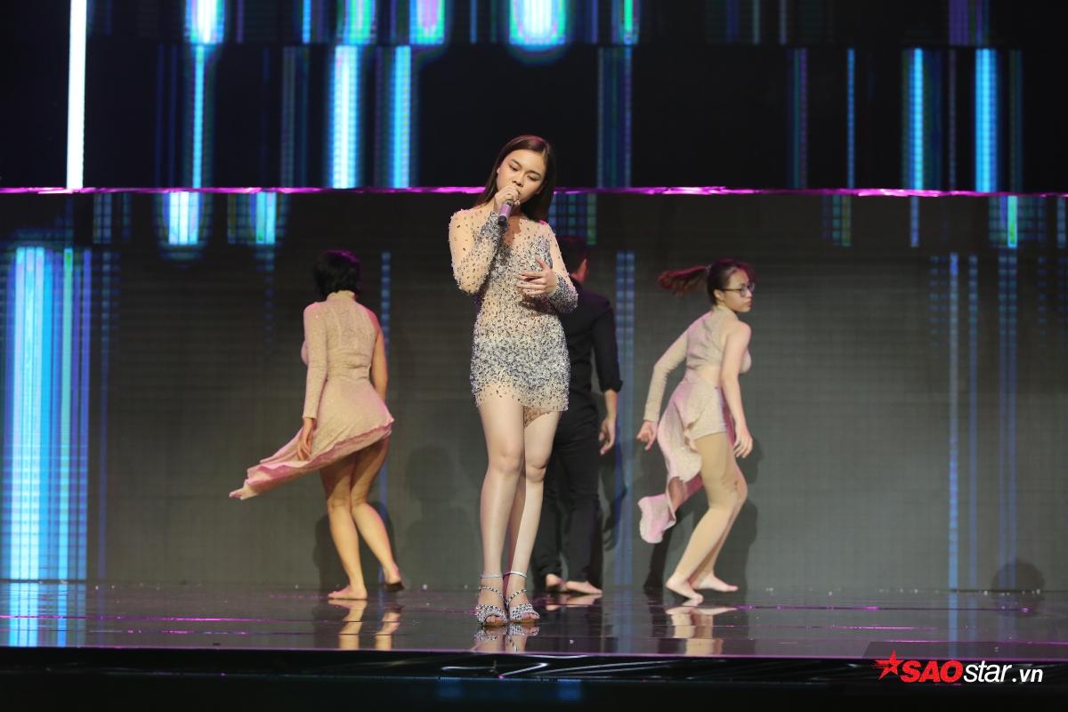 Giải vàng The Remix mùa đầu tiên - Giang Hồng Ngọc cũng sẽ giới thiệu ca khúc mới nhất của mình trên sân khấu <em>Hòa âm ánh sáng</em> đêm nay.
