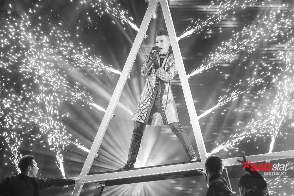 Ali Hoàng Dương dữ dội và đầy năng lượng trên sân khấu với ca khúc mang phong cách rock kết hợp hát xẩm - <em>Trắng Đen</em> (st Hồ Hoài Anh).