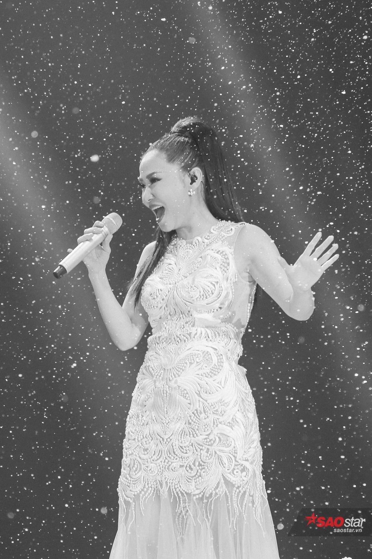 Thu Minh đẹp rạng ngời trong phần trình diễn đặc biệt cuối cùng khép màn <em>Giọng hát Việt 2017.</em>
