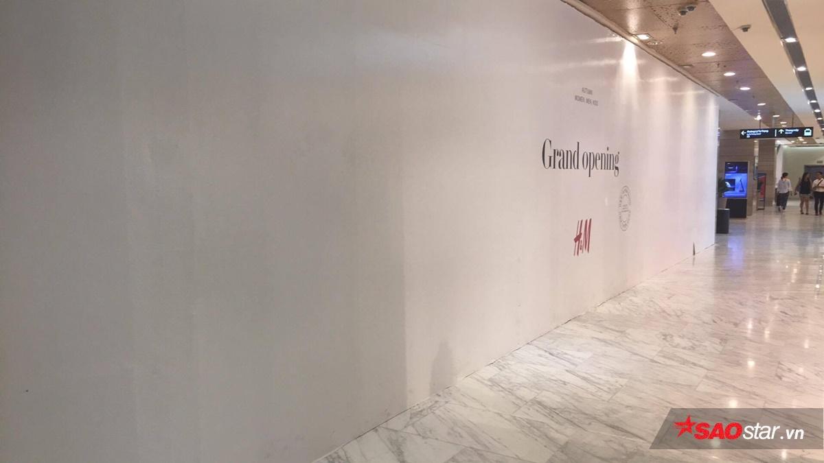"""Quanh khu store được phủ kín bằng giấy trắng và dòng chữ """"Grand Opening"""" là thứ duy nhất bạn có thể thấy được."""