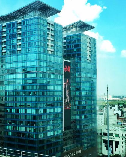 Trước đó H&M đã gửi lời chào tới các tín đồ thời trang Sài thành bằng hình ảnh quảng cáo vô cùng hoành tráng chễm chệ trên bảng quảng cáo tại mặt tiền Vincom Đồng Khởi.