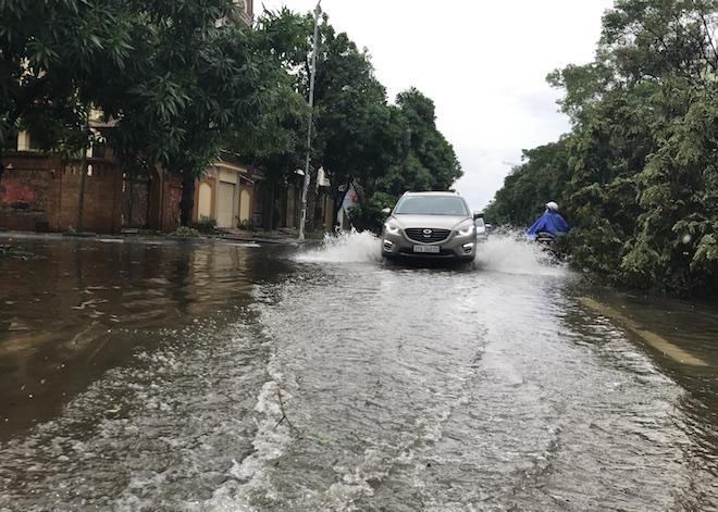 Do có mưa lớn nên nhiều tuyến đường tại TP. Vinh sáng nay cũng bị ngập sâu khiến người dân khó khăn trong di chuyển và dọn dẹp thiệt hại.