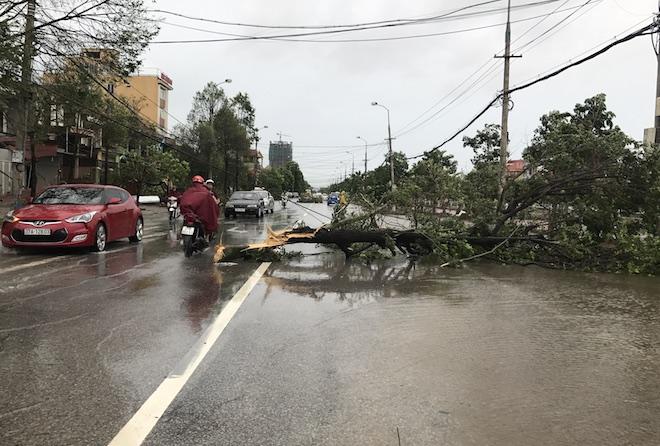 Ghi nhận của PV, hiện tại thời tiết tại TP. Vinh đã hửng nắng, không có mưa. Hiện các cơ quan chức năng trên địa bàn tỉnh Nghệ An đang tập trung khắc phục hậu quả sau cơn bão số 2.