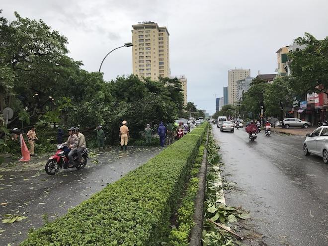 Cơn bão số 2 đổ bộ vào TP. Vinh (Nghệ An) vào rạng sáng 17/7 đã khiến nhiều tuyến đường trên địa bàn bị cây xanh đổ chắn ngang, giao thông hỗn loạn. Nhiều nhà dân bị tốc mái che, hư hỏng.