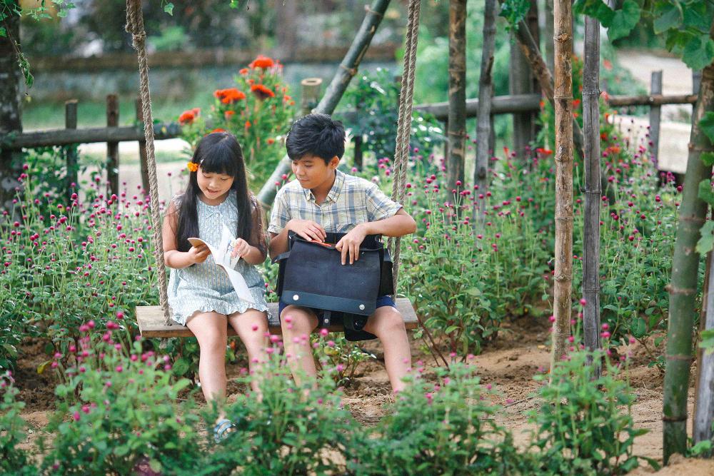 """Trong phim, Minh Khang và Hà Mi được """"chọn mặt gửi vàng"""" kể câu chuyện ấu thơ của Thư thơ thẩn (Ngô Kiến Huy) và Việt An (Miu Lê)."""