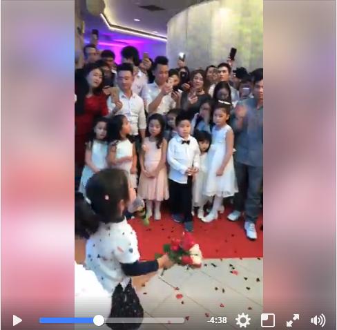 """Đông đảo người hâm mộ reo hò cổ vũ và tặng hoa cho cô """"ca sĩ nhí""""."""