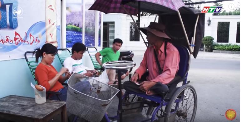 Hằng ngày, người cha khuyết tật của Châu phải đi bán vé số dạo để trang trải cuộc sống gia đình.