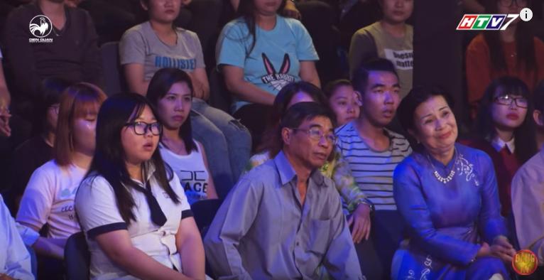 Quỳnh Châu, bố của Châu và giáo viên dạy văn dưới hàng ghế khán giả cổ vũ cho Huy Hoàng.
