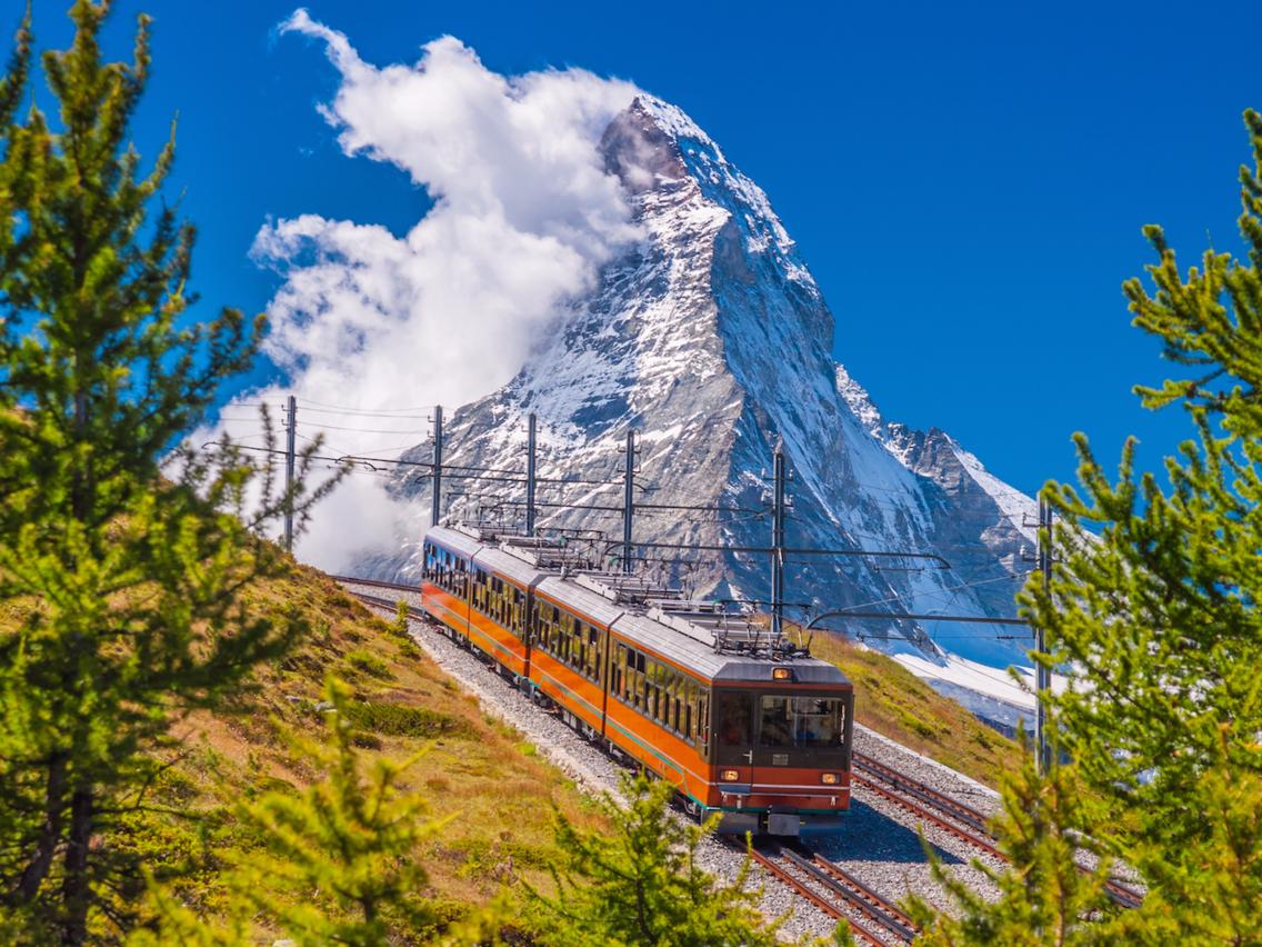 <strong><em>Matterhorn, Thụy Sĩ: </em></strong>Với độ cao hơn 4.500 mét nằm giữa biên giới giữa Thụy Sĩ và Italy, Matterhorn có lẽ là đỉnh núi đáng chú ý nhất trong dãy Alps, và cũng có thể là một trong những nơi nguy hiểm nhất. Khoảng 500 người đã chết trong khi cố gắng leo ngọn núi này, trong đó có 4 trong số 7 người từng là những người đầu tiên chinh phục được đỉnh núi vào năm 1865. Matterhorn cũng là nơi có tuyến đường sắt ngoài trời đầu tiên trên thế giới, Gornergrat Bahn. Tàu chạy giữa thị trấn Zermatt (nằm ở dưới chân núi Matterhorn) và đi qua núi, nhưng không chạy lên đến đỉnh.