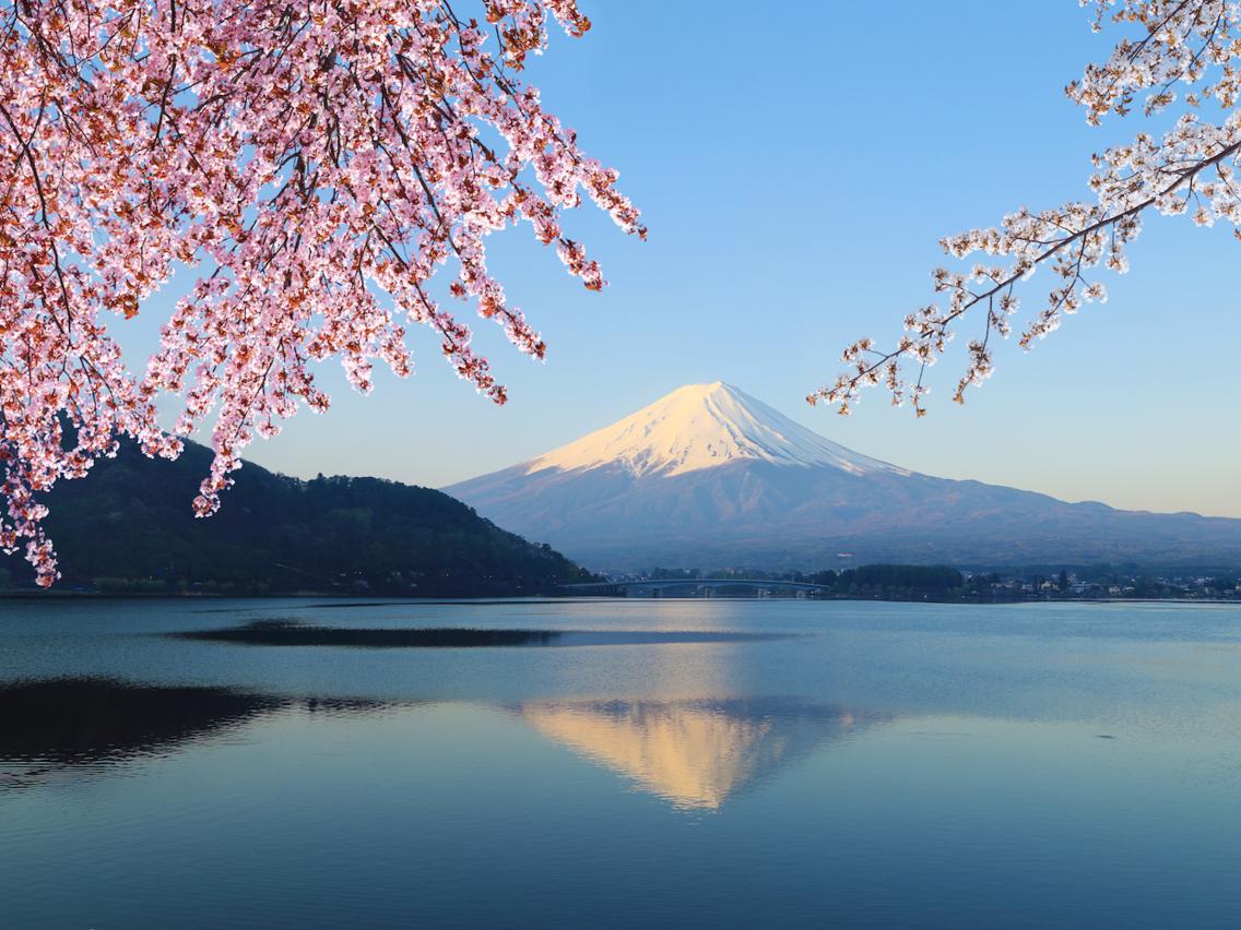<strong><em>Núi Phú Sĩ, Nhật Bản </em></strong>đã trở thành hình ảnh đặc trưng cho Nhật Bản. Các tư liệu ghi chép về hoạt động của núi lửa từ thế kỉ thứ 8 cho thấy vụ phun trào gần nhất xảy ra vào đầu những năm 1700. Vào một ngày trời trong, bạn có thể nhìn thấy đỉnh cao hơn 3.600 mét từ thành phố Tokyo. Tuy nhiên, quá trình leo núi có thể không mấy được ưa thích, bởi phong cảnh dẫn đến đỉnh rất hoang sơ và cằn cỗi.