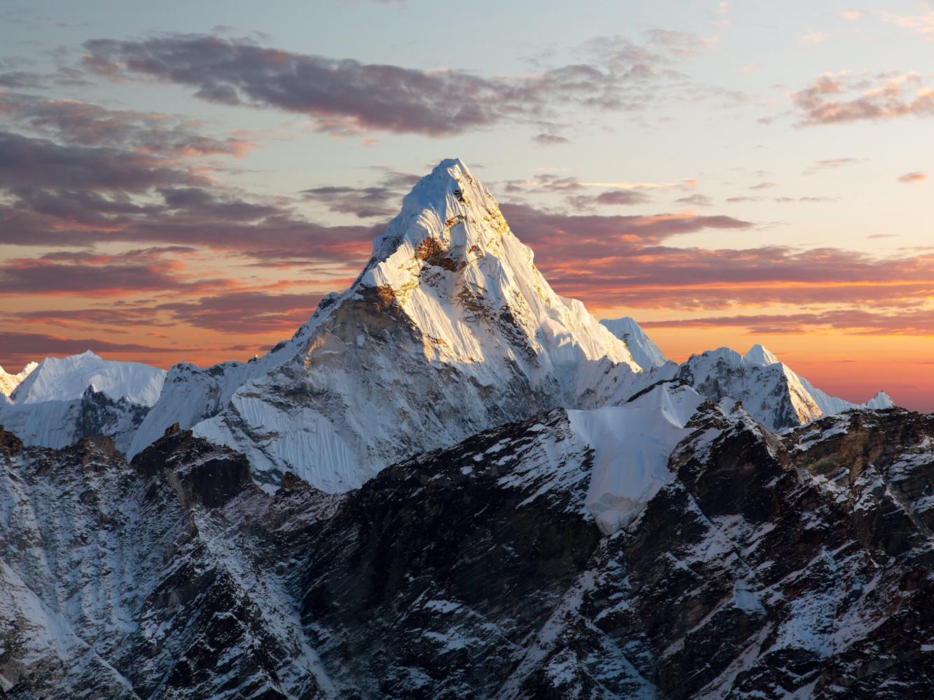 """<strong><em>Ama Dablam, dãy Himalaya, Nepal:</em></strong>Khi nhắc đến dãy Himalaya, người ta thường chỉ nghĩ ngay đến đỉnh Everest. Ama Dablam không nổi tiếng, nhưng nó không kém phần ấn tượng. """"Ama Dablam"""" có nghĩa là """"vòng cổ của người mẹ"""", xuất phát hình ảnh các rặng núi trải ra như cánh tay của một người mẹ, còn hình ảnh sông băng trên các vách núi được so sánh với những sợi dây chuyền. Nhiều người coi đây mới là đỉnh núi là đẹp nhất của dãy Himalaya."""
