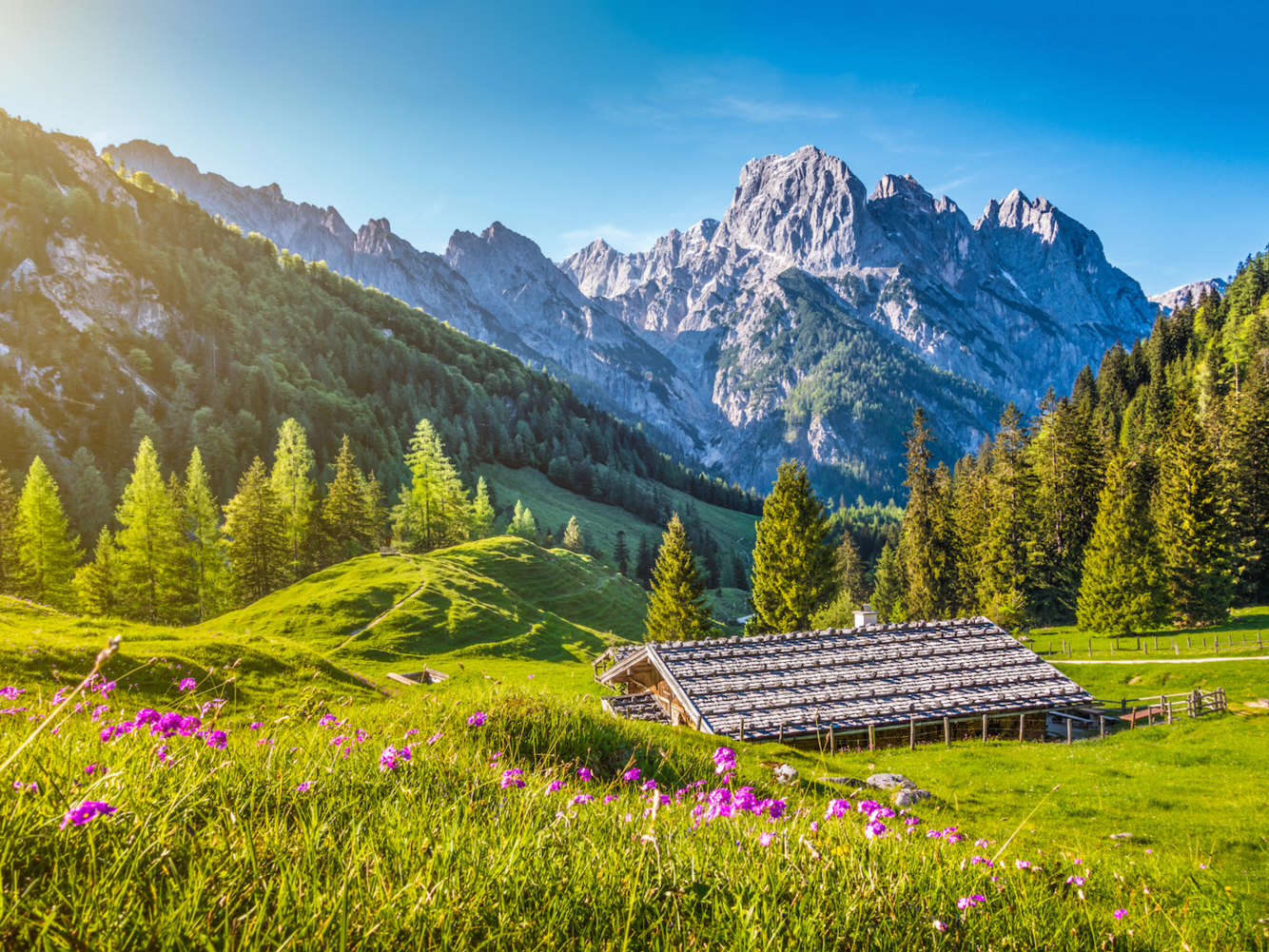 """<strong><em>Dãy Alps, châu Âu:</em></strong>Trải dài qua 8 nước châu Âu với chiều dài gần 1.200 km, dãy núi Alps là hệ thống núi lớn nhất ở châu Âu. Các quốc gia mà dãy núi chạy qua là Thụy Sĩ, Áo, Italy, Đức, Pháp, Slovenia, Liechtenstein và Hungary. Con người đã sống ở vùng Alps từ nhiều thế kỷ trước. """"Ötzi the Iceman"""" - tên gọi xác ướp tự nhiên cổ nhất của người châu Âu, đã được phát hiện ra trên sông băng ở dãy Alps vào năm 1991. Người ta tin rằng người đàn ông này chết 5.300 năm trước, nhưng thi thể được giữ hoàn hảo trong băng."""