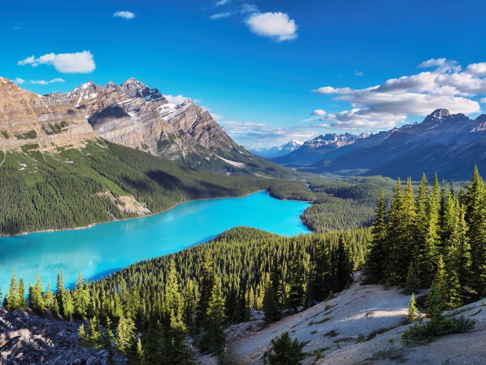 <strong><em>Canadian Rockies, Canada:</em></strong>Dãy núi này gồm khoảng 50 đỉnh núi cao với độ cao hơn 3.300 mét và nổi tiếng với những hồ nước đẹp tuyệt vời. Phong cảnh hồ Peyto trông giống như một bức tranh tuyệt đẹp mang lại cảm giác siêu thực. Nước màu xanh ngọc bích sáng chói của hồ xuất phát từ bột đá băng - sản phẩm của quá trình băng trôi xuống dốc và nghiền vào đá và sỏi. Bụi phát ra từ quá trình nghiền này rơi vào hồ băng, nơi nó hấp thụ ánh sáng và tạo ra màu sắc tươi đẹp mà chúng ta nhìn thấy.