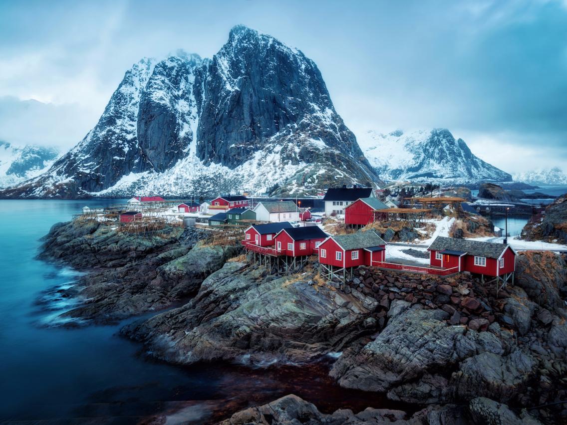 <strong><em>Reinefjorden, Reine, Na Uy:</em></strong> Khu nghỉ mát Reinefjorden kết hợp với khung cảnh tuyệt đẹp của vùng núi và những ngôi nhà nhỏ cũ của ngư dân tạo nên khung cảnh tuyệt đẹp.