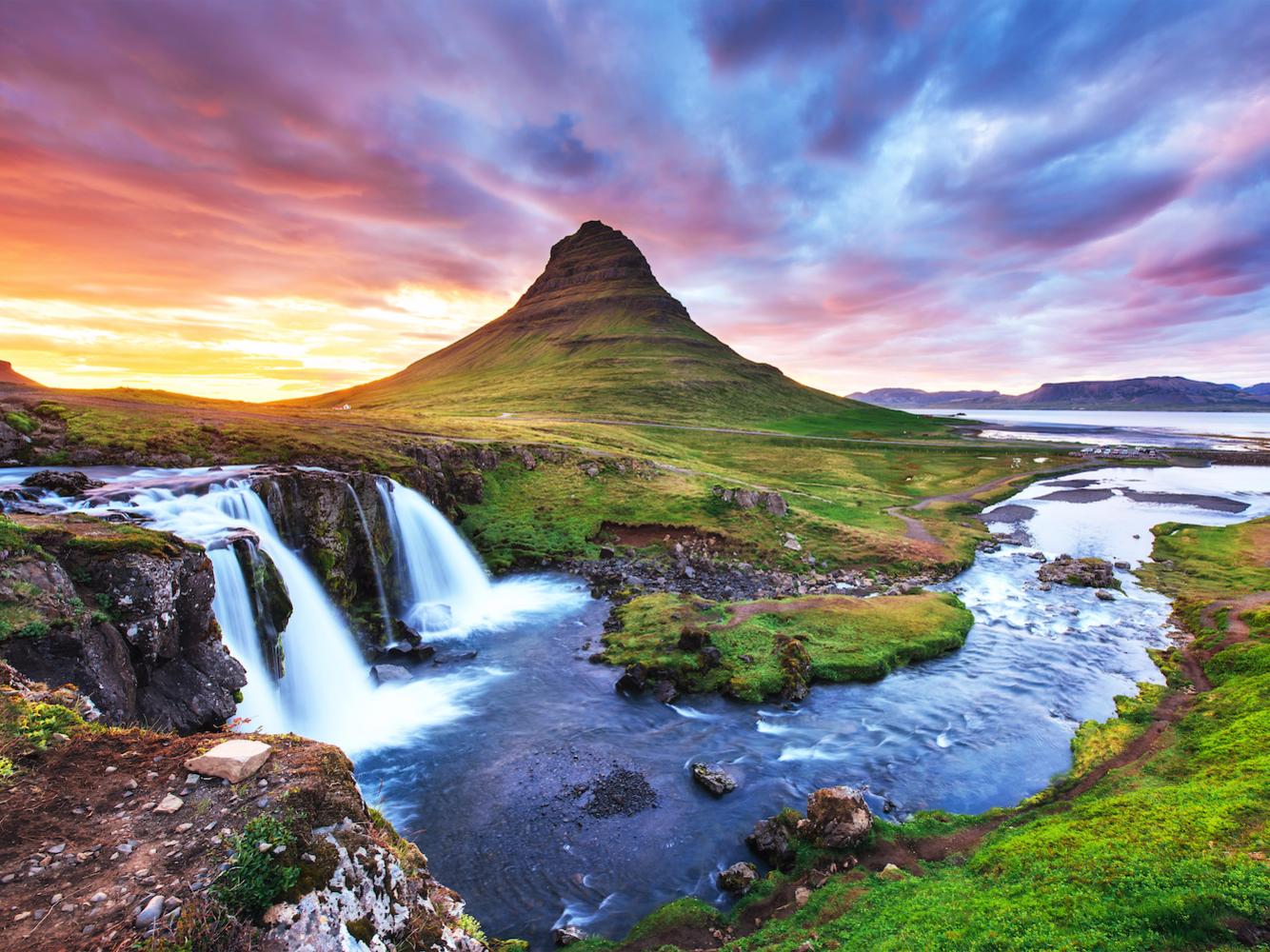 <strong><em>Kirkjufell, Grundarfjörður, Iceland:</em></strong>Được biết đến như là ngọn núi được chụp ảnh nhiều nhất ở Iceland, Kirkjufell có vị trí độc đáo trên bán đảo Snæfellsnes. Đỉnh núi trông như mọc lên từ giữa đại dương, những thác nước gần đó càng làm tăng thêm vẻ hùng vĩ của ngọn núi. Kirkjufell thậm chí còn được chọn làm địa điểm quay phim phần 6 và 7 trong series phim nổi tiếng Game of Thrones (Trò chơi vương quyền<em>).</em>