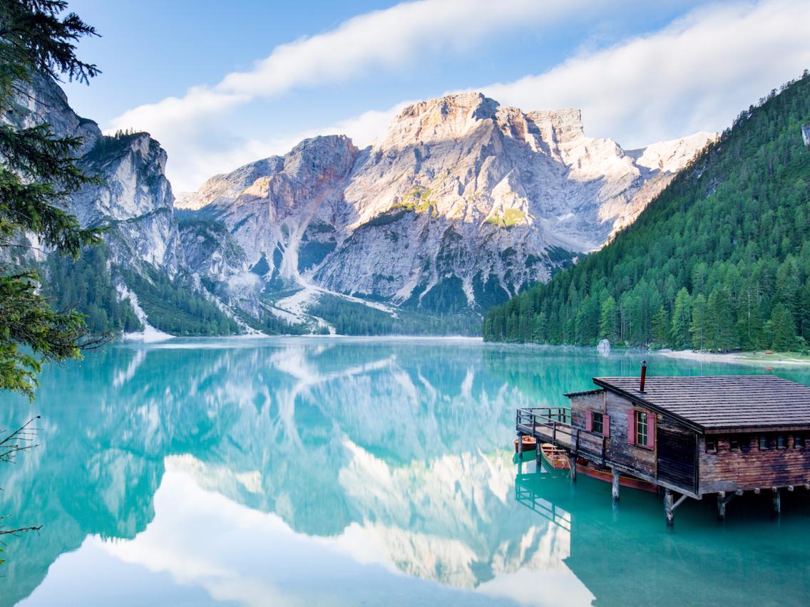 <strong><em>Dolomites, Italy: </em></strong>Nơi này gồm 18 đỉnh núi thuộc vùng núi phía bắc nước Ialy, một số có độ cao hơn 3. 000 mét. Dãy núi còn được biết đến là nơi có một số bức tường đá vôi cao nhất trên thế giới.<br>Hồ Braies (còn được gọi là hồ Prags) được xem là viên ngọc trong số các hồ nước ở đây. Vào mùa hè, nước hồ trong xanh và lung linh như ngọc, phản chiếu khung cảnh nên thơ bao quanh nó. Hồ trải dài tới 36 mét, là một trong những hồ lớn nhất và sâu nhất nằm trong vùng.