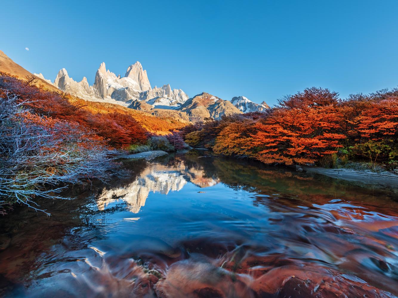 """<strong><em>Núi Fitz Roy, Patagonia:</em></strong>Mặc dù nhiều người biết ngọn núi này với tên gọi Fitz Roy, nhưng cái tên ban đầu của nó là Chaltén, có nghĩa là """"núi khói"""" trong tiếng địa phương của bộ tộc Tehuelche. Nằm giữa biên giới của Argentina và Chile, phía nam sông băng Patagonia, hình ảnh ngọn núi cũng là nguồn cảm hứng cho logo của công ty thời trang Patagonia. Người sáng lập của Patagonia, Yvon Chouinard, đã leo lên đỉnh núi này vào năm 1968."""