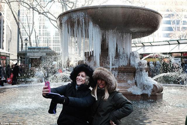 Đài phun nước đã đóng băng trước thời tiết lạnh giá. (Ảnh: Getty)