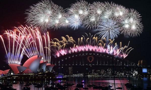 Thành phố Melbourne, Úc, sẽ tổ chức lễ đón mừng năm mới lớn nhất từ trước tới nay với 14 tấn pháo hoa, được bắn từ 22 tòa nhà ở khu vực trung tâm thành phố. Dự kiến sẽ có khoảng 300.000 đến 500.000 người sẽ chiêm ngưỡng khoảnh khắc này đêm giao thừa.