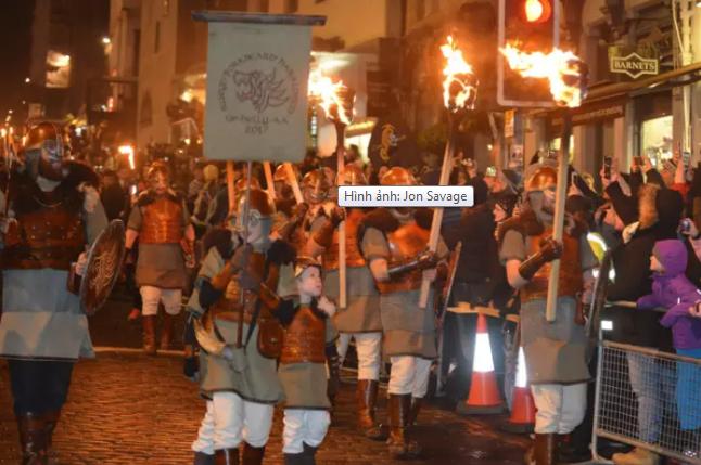 Đêm qua (30/12),tại thành phố Edinburgh,Scotland đã diễn ra lễ hội cầu lửa, rước đuốc - sự kiện mở đầu cho chuỗi 3 ngày Hogmanay ở nước này. Khoảng 25.000 người đã xếp hàng dài dọc con đườngRoyal Mile, thị trấn cổOld Town,Edinburgh, để xem rước đuốc.