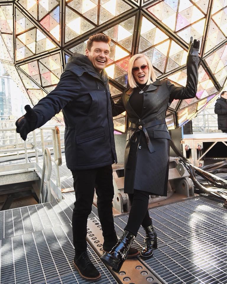 Người dẫn chương trình truyền hình nổi tiếng MỹRyan Seacrest đang chụp ảnh cạnh quả cầu ánh sáng.