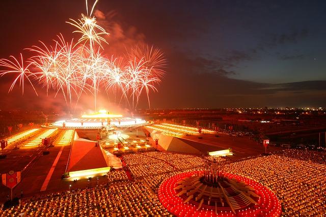 Ngoài ra, trong năm nay, người dân Thái Lan sẽ được chiêm ngưỡng những màn pháo hoa đẹp mắt - sự kiện từng bị cấm. Theo điều 44 luật Thái Lan, sản xuất pháo hoa là điều cấm. Tuy nhiên, lệnh mới từ Hoàng gia vào hôm 30/12, bắn pháo hoa trong đêm giao thừa sẽ được thực hiện trở lại để chào đón năm mới và thúc đẩy du lịch.