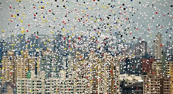Tại thành phố Sao Paulo, Brazil, hàng ngàn quả bóng bay tự phân hủy sẽ được thả lên bầu trời trong đêm giao thừa để đểchàođón mộtnăm mới2018 may mắn, hạnh phúc. Thả bóng bay là sự kiện do Hiệp hội Thương mại thành phố Sao Paulo tổ chức từ năm 1992 đến nay và hiện tại, nó là điều không thể thiếu trong mỗi đêm giao thừa ở nước này. Năm nay cũng vậy, dù chưa tới giờ bước sang năm mới nhưng đã có rất nhiều người dân và khách du lịch đã tập trung ở khu vực trung tâm thành phố.