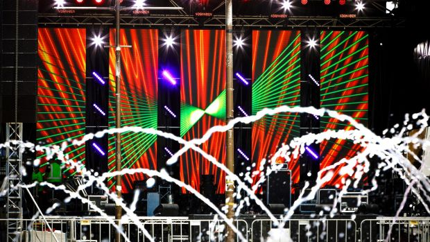 Sân khấu tại quảng trường dân quyền (Civic) ở Canberra đang gấp rút hoàn thành những khâu cuối cùng, sẵn sàng cho buổi hòa nhạc trong đêm giao thừa. Buổi hòa nhạc sẽ diễn ra từ 9h tối tới 1h sáng ngày hôm sau.