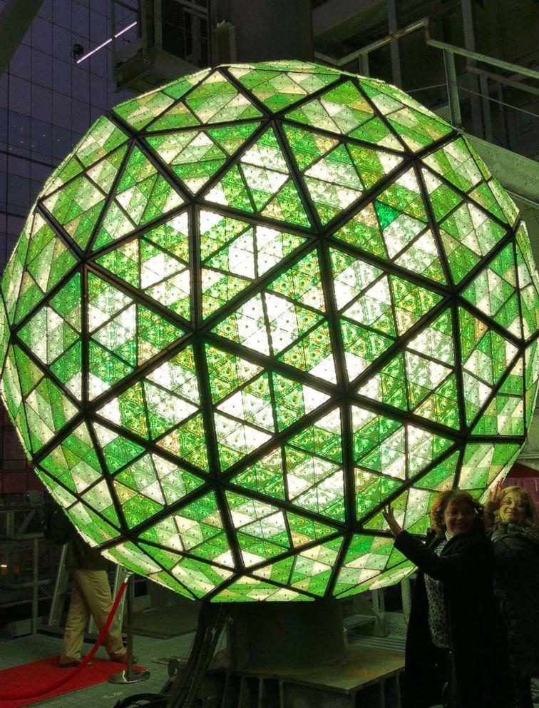 Đến hẹn lại lên, quả cầu ánh sáng lại được dựng ở Quảng trường Đại đại tại New York, Mỹ. Quả cầu là điểm nhấn của đêm giao thừa ở đây và được biết đến với lễ thả cầu. Trong năm nay, quả cầu sẽ được thả từ độ caogần 49 m từ một cột cờ được thiết kế đặc biệt.