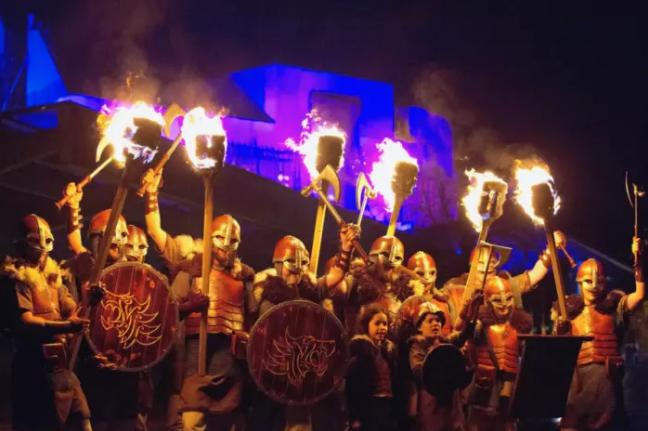 Trong đêm nay, người dân Scotland cũng được chứng kiến màn pháo hoa kéo dài 9 phút lúc khoảnh khắc giao thừa. Lễ hội âm nhạc, những tay trống, vũ công, những người thổi lửa sẽ biểu diễn từ 7 giờ tối tới lúc giao thừa.