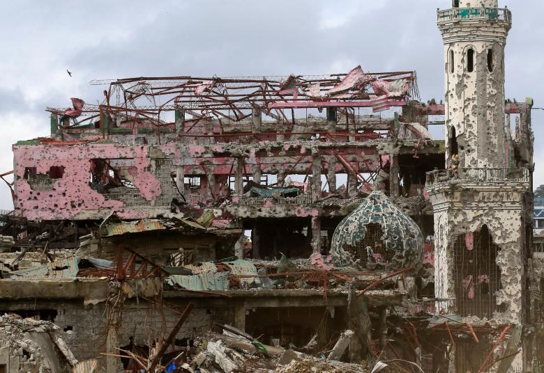 Nhà cửa và một nhà thờ bị phá hủy hoàn toàn tại thành phố Marawi, Mindanao (Philippines) sau cuộc giao tranh giữa quân đội chính phủ và phiến quân khủng bố Maute có liên hệ với IS ngày 25/10.