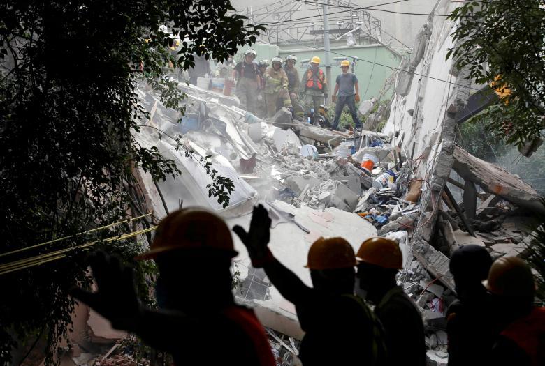 Binh lính và lực lượng cứu hộ tìm kiếm các nạn nhân trong đống đổ nát của một căn nhà sau trận động đất kinh hoàng tại Mexico City, Mexico ngày 20/9. Đây là trận động đất nghiêm trọng nhất tại quốc gia này kể từ năm 1985 khi khiến ít nhất 244 người thiệt mạng.