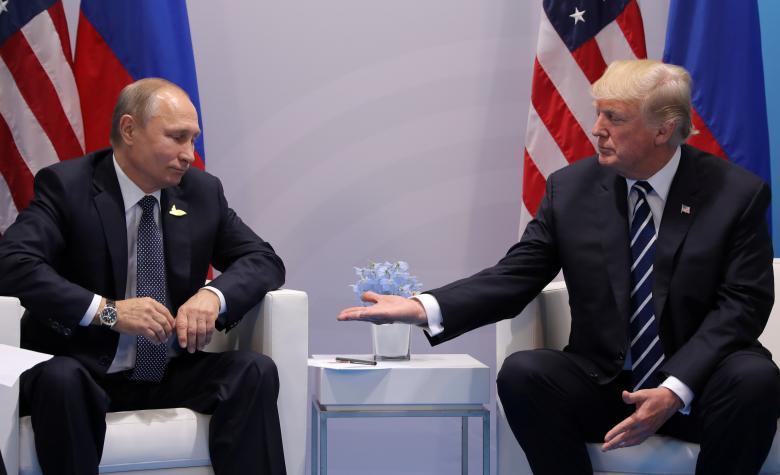 Tổng thống Mỹ Donald Trump gặp người đồng cấp Nga Vladimir Putin tại cuộc họp song phương tại hội nghị thượng đỉnh G20 ở Hamburg, Đức ngày 7/7. Cuộc gặp giữa hai nhà lãnh đạo diễn ra trong bối cảnh căng thẳng dâng cao trong quan hệ hai nước, bắt nguồn từ nghi vấn Nga can thiệp bầu cử Mỹ năm 2016, việc Nga sáp nhập Crimea và ủng hộ chế độ Tổng thống Bashar al-Assad ở Syria.