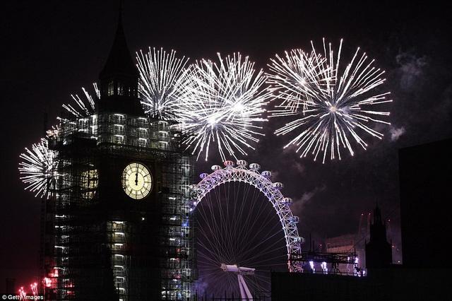 Vào lúc 7h (giờ Hà Nội), London, nước Anh được thắp sáng bằng những màn pháo hoa rực rỡ trên dòng sông Thames. Khi tiếng đồng hồ Big Ben vang lên điểm 0h, pháo hoa được bắn lên báo hiệu một năm mới bắt đầu.