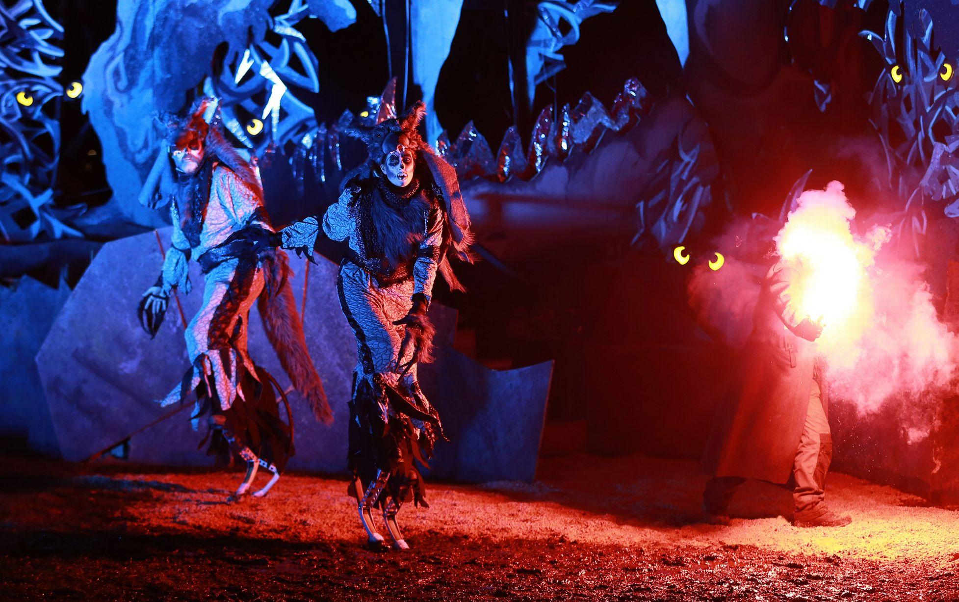 Trong buổi lễ, đốt lửa được coi là sự kiện chính. Các vũ công và những người đeo mặt nạ sẽ nhảy múa suốt đêm.